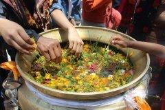 Kessel mit Blumen auf dem Jayanti Fest