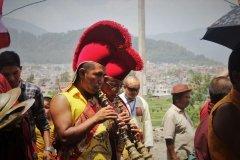 Mönche mit Gyaling auf Festzug