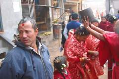 Erster Haarschnitt - Chudakarana - Familie wird mit Blumen geehrt und überschüttet
