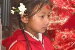 Erster Haarschnitt - Chudakarana - Biraj wird mit Blumen geehrt und geschmückt