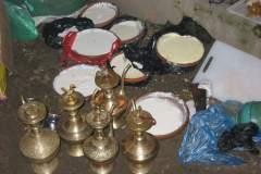 Erster Haarschnitt - Chudakarana - Festmahl - Joghurt und mit Raksi Reisschnaps gefüllte Kannen