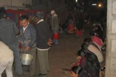 Erster Haarschnitt - Chudakarana - Festmahl - Familienangehörige verteilen das Essen