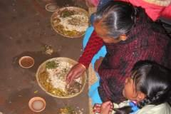 Erster Haarschnitt - Chudakarana - Festmahl - Chang (milchig) und Raksi (klar) in Terracottaschalen