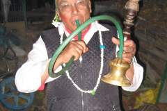 Erster Haarschnitt - Chudakarana - Festmahl - Onkel mit einer Huka