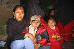 Erster Haarschnitt - Chudakarana - Festmahl - Biraj mit zwei Cousinen