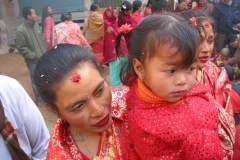 Erster Haarschnitt - Chudakarana - Tante und Cousine beobachten den Haarschnitt