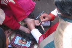 Erster Haarschnitt - Chudakarana - Birajs Zehen werden mit Sindur-Paste bestrichen
