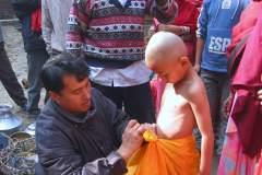 Erster Haarschnitt - Chudakarana - Biraj wird mit einem traditionellen Dhoti eingekleidet