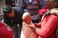Erster Haarschnitt - Chudakarana - Birajs Oma gibt ihm ein Tuch, das er nicht friert