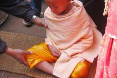 Erster Haarschnitt - Chudakarana - Biraj bekommt Swastika Symbol auf den Kopf gemalt