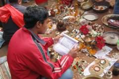 Erster Haarschnitt - Chudakarana - Brahmane übernimmt die Initiation