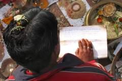 Erster Haarschnitt - Chudakarana - Brahmane rezitiert die heiligen vedischen Texte