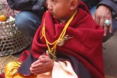 Biraj bekommt die mit Kräuterbeutel behangene Kordel umgehängt