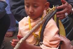 Biraj wird mit Proviantbeutel, Köcher, Pfeil und Bogen ausgestattet