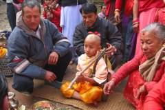 Erster Haarschnitt - Chudakarana - Biraj lauscht den Mantras und Anweisungen des Brahmanen
