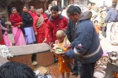 Erster Haarschnitt - Chudakarana - Unter Anleitung des Brahmanen geht Biraj in die Altarnische
