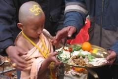 Erster Haarschnitt - Chudakarana -  Biraj  mit seinem Puja-Teller