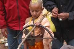 Erster Haarschnitt - Chudakarana -  Biraj lauscht andächtig den Mantras des Brahmanen