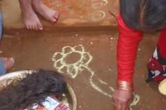 Erster Haarschnitt - Chudakarana -  mit Kurkuma aufgetragene Lotusblume