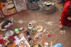 Erster Haarschnitt - Chudakarana -  mit Kurkuma aufgemalte Lotusblume