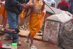 Erster Haarschnitt - Chudakarana -  Biraj schreitet über die sieben Lotusblumen