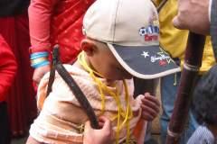 Erster Haarschnitt - Chudakarana - Nach der Überschreitung bekommt Biraj ein Zuckerrohr