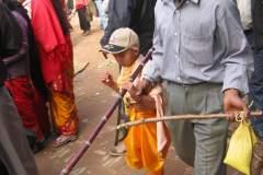 Mit seinem Onkel vollzieht Biraj die Umrundung des Ritualplatzes