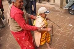 Erster Haarschnitt - Chudakarana -  Oma holt Biraj für den Abschluss