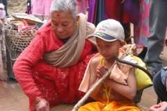 Erster Haarschnitt - Chudakarana - Biraj bekommt letzte Anweisungen
