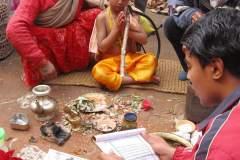 Erster Haarschnitt - Chudakarana - Brahmane rezitiert aus den Veden