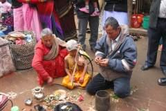Erster Haarschnitt - Chudakarana - Zum Abschluss eine Geldspende vom Vater