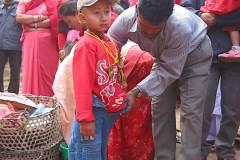 Erster Haarschnitt - Chudakarana - Biraj wird umgezogen in Jeans und Sweatshirt
