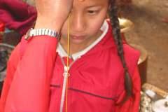 Erster Haarschnitt - Chudakarana - Biraj wird mit einer Schnur vermessen
