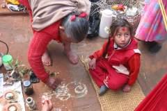 Erster Haarschnitt - Chudakarana - Oma plaziert Räucherstäbchen für Puja Zeremonie