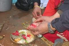 Erster Haarschnitt - Chudakarana - Unter Anleitung von Oma zelebriert Biraj seine Puja