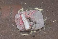 Erster Haarschnitt - Chudakarana - Mörsestein und Bohnen auf Swastika Symbol am Boden