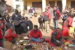 Erster Haarschnitt - Chudakarana -  Opfer-Ziege auf dem Weg zur Segnung