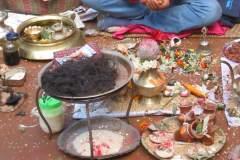Erster Haarschnitt - Chudakarana -  Brahmane und sein Opferplatz