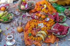 Räucherzeremonie Newari Puja - Opfergaben mit brennenden Räucherstäbchen