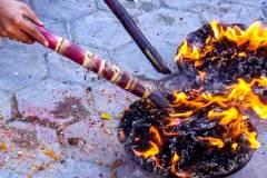 Räucherzeremonie Newari Puja - Räucherschalen werden entzündet