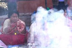 Räucherzeremonie Newari Puja - Frauen im Rauch der Räucherstäbchen