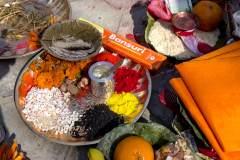 Räucherzeremonie Newari Puja - Opfergabenteller mit Räucherschnüren
