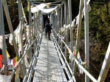 Brücke mit Gebetsfahnen in der Kalapatar Region im Himalaya