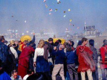 Zum tibetischen Neujahrsfest Lhosar werden Manizettel in die Luft geworfen