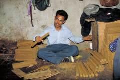 Herstellung tibetischer Räucherstäbchen - Stäbchen werden zu Päckchen geschnürt