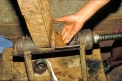 Herstellung tibetischer Räucherstäbchen - Einfüllen der Paste in den Wolf