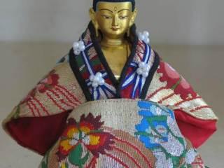 Chenrezig Buddha Statue mit Kleidung aus Tibeter Seide
