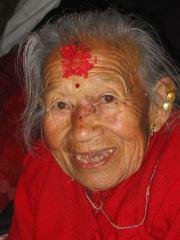 Nepalesische Frau mit Glücksbänder-Halskette