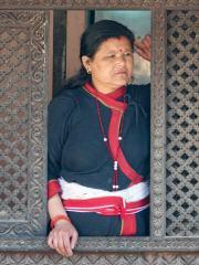 Nepalesische Frau mit roter Kordel-Halskette