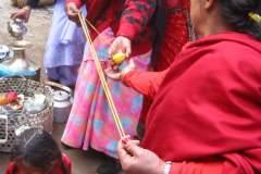 Erster Haarschnitt - Chudakarana - Kordel entsprechend Biraj Körperlänge wird gedreht